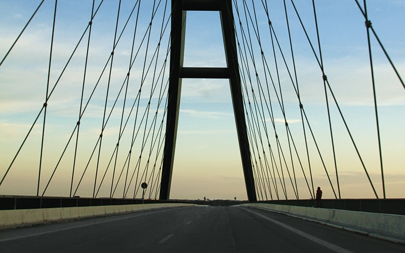 Brücke mit blauen Himmel im Hintergrund