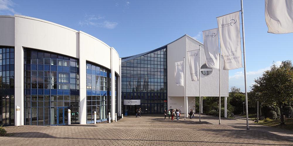 Frontansicht des Hauptgebäudes der Universität Witten/Herdecke
