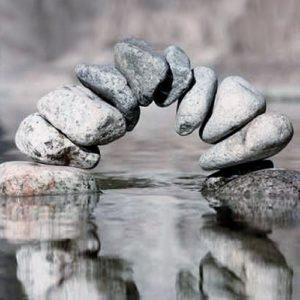 Steinbrücke, welche im Wasser gespiegel wird